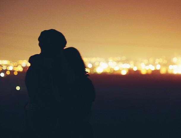 favim_com-bokeh-couple-hug-light-love-night-71124